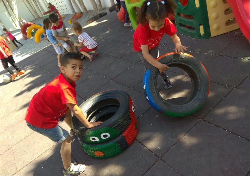 Decoración de las ruedas del patio de infantil pintadas por alumnos/as de secundaria